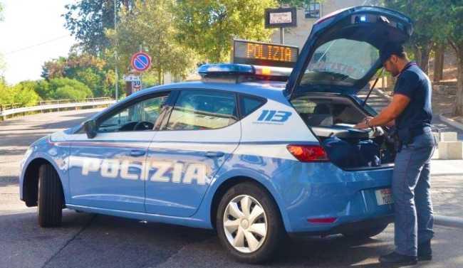auto polizia uomo scritta