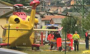 elicottero barella uomini campo rete case
